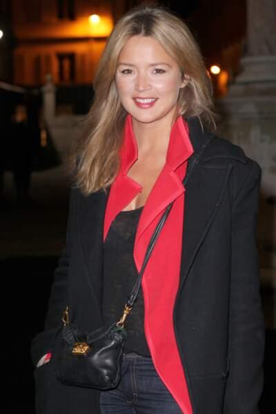 Cheveux longs lâchés, rouge à lèvres rouge pour Virginie Efira au défilé Etam en 2012