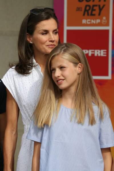 Letizia d'Espagne radieuse en robe blanche avec sa fille Leonor,