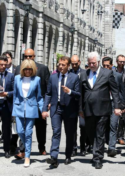 Brigitte Macron opte pour le costume androgyne dans un bleu ciel ultra moderne.