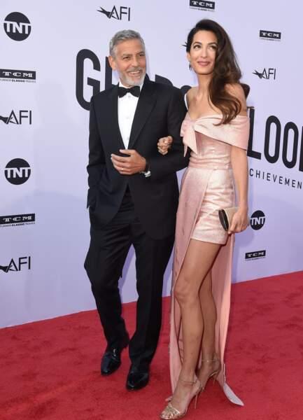 2018 :  Amal Clooney mixe avec audace le court et le long, le décolleté et le rose