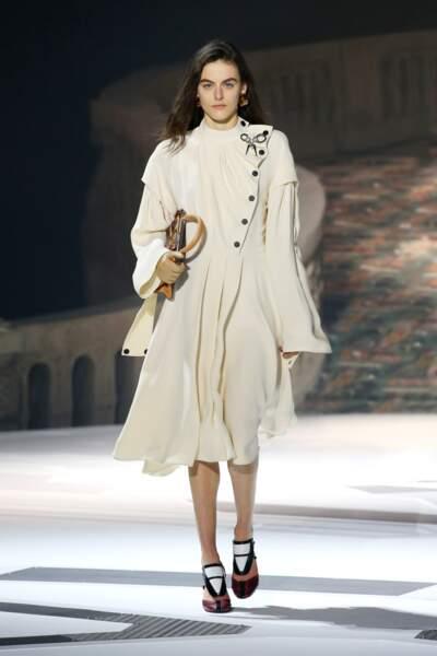 La robe blanche devient audacieuse avec Louis Vuitton.