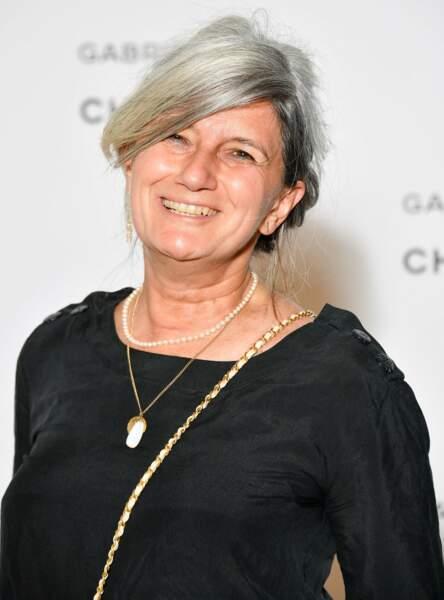 La journaliste Sophie Fontanel assume avec le sourire ses cheveux blancs