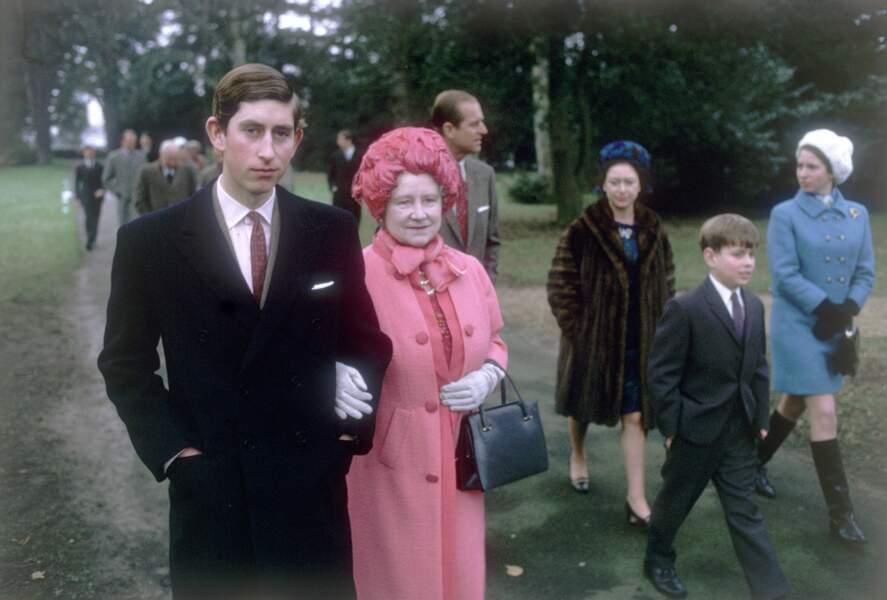 Le prince Charles au bras de sa grand-mère,  la reine mère Elizabeth à Sandringham en 1969