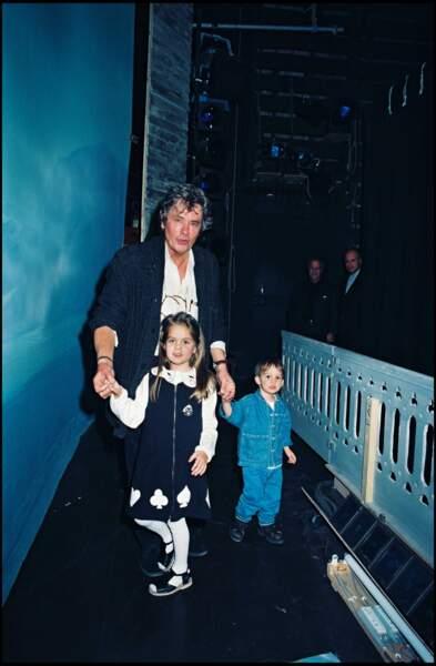 Anouchka et Alain-Fabien Delon viennnent fêter l'anniversaire de leur père sur scène.