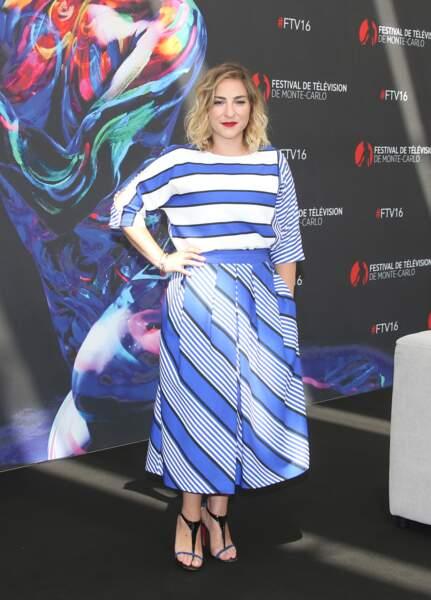 En robe à rayures au Festival de Télévision de Monte Carlo en Juin 2016.