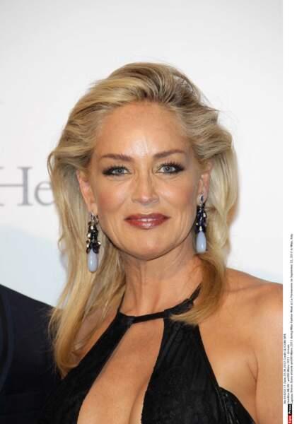 À Milan en 2012, Sharon Stone fait ressortir son côté femme fatale