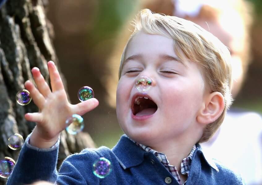 George amusé par les bulles au Canada le 29 septembre 2016