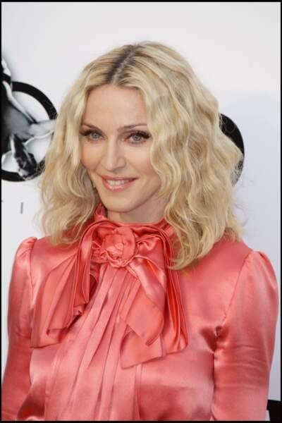Madonna, avec un carré blond clair plongeant ondulé et racines apparentes, au Festival de de Cannes en 2008
