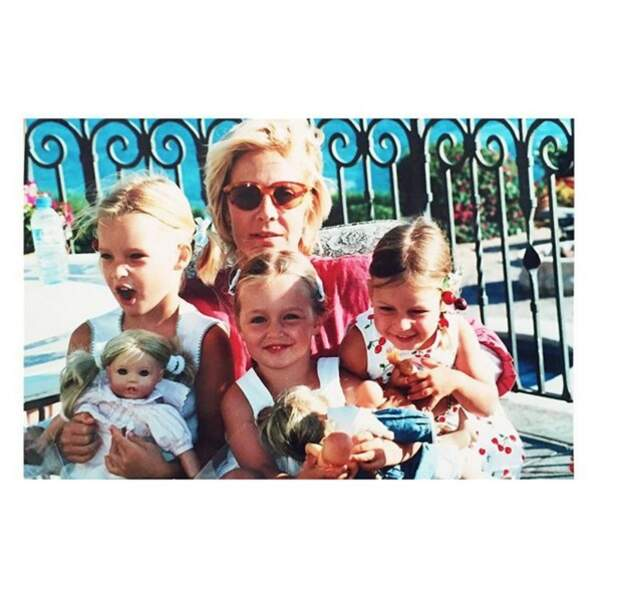 Emma Smet, sa sœur Ilona, sa grand-mère Sylvie Vartan et sa cousine Darina