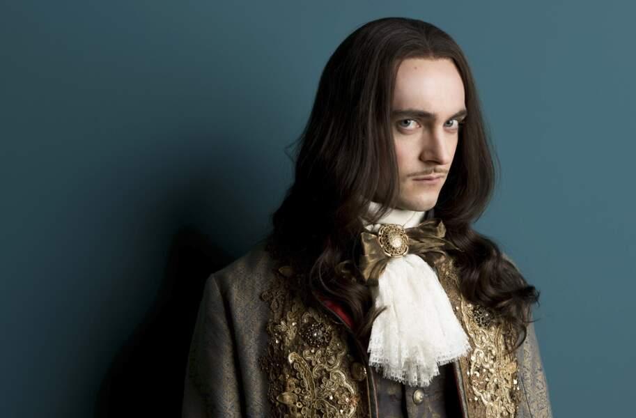 George Blagden en Louis XIV dans la série Versailles diffusée sur Canal+