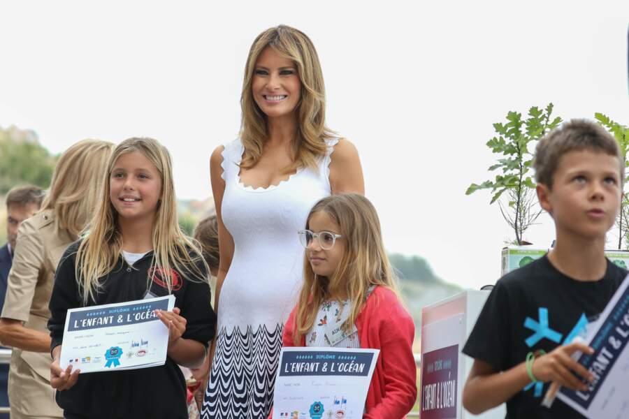 Melania Trump portait une tenue cintrée en viscose, caractéristique du style Alaïa ce lundi 26 août.