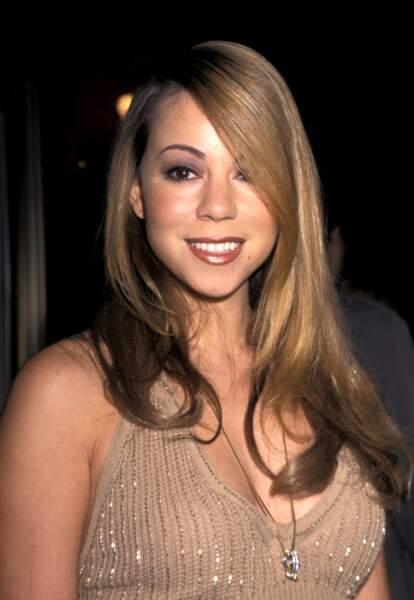 En 2000, la star désormais mondialement connue affiche un brushing parfait et un make up prononcé
