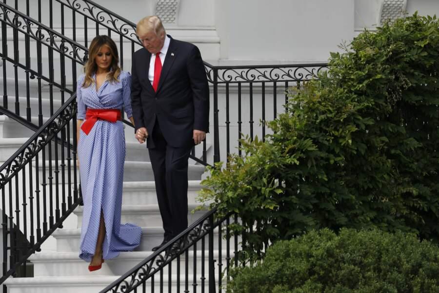 Donald et Melania Trump, main dans la main pour descendre les escaliers de la Maison Blanche le 4 juillet 2018