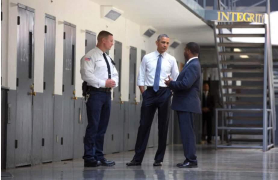 Il est le premier président en poste à visiter une prison fédérale