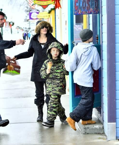 Angelina Jolie emmène ses enfants acheter des jouets à Crested Butte dans le Colorado
