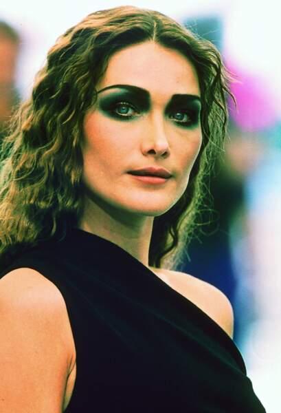 Carla Bruni et ses cheveux longs ondulés lors du défilé Chanel en 1997 à Paris