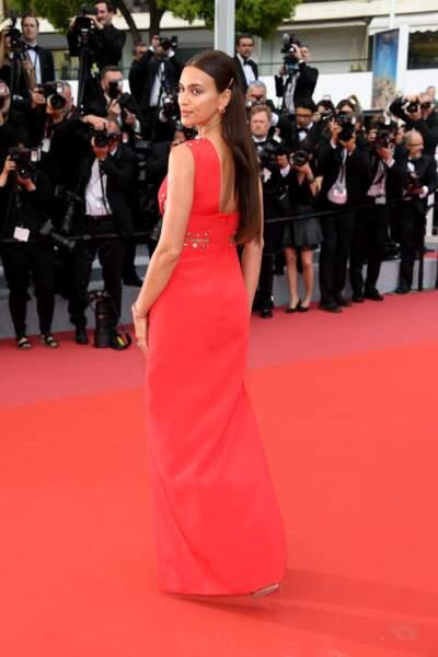 Irina Shayk sur le tapis rouge à Cannes pour le film Plaire, Aimer Et Courir Vite