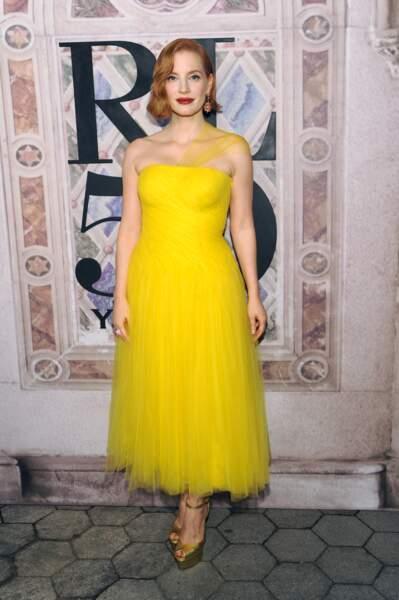 Jessica Chastain voyante en robe bustier jaune flashy