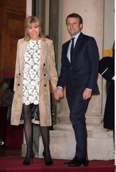 Brigitte Macron, canon en talons et collants noirs