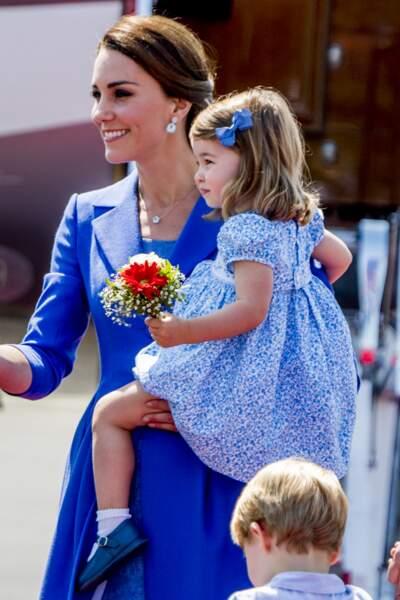 Kate et Charlotte, vêtues de bleu, à leur arrivée à l'aéroport de Berlin le 19 juillet 2017