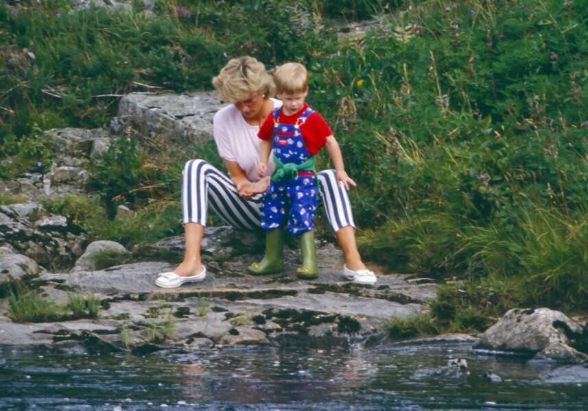Diana et le prince Harry lors d'un séjour à Balmoral, en 1987