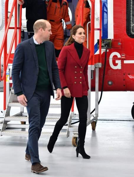 Look casual mais élégant pour Kate Middleton, vêtue d'un blazer rouge de la griffe Philosophy