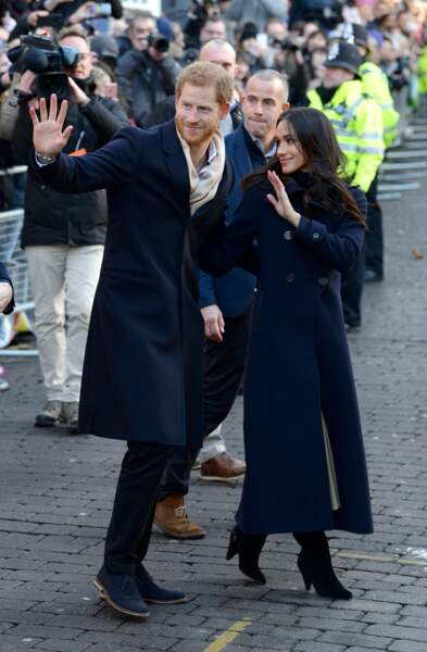 Le prince Harry et Meghan Markle très assortis, regardent dans la même direction