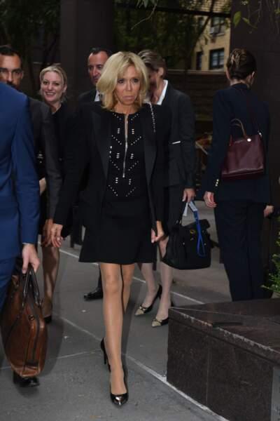 Brigitte Macron dévoile ses fines jambes en robe noire et veste blazer