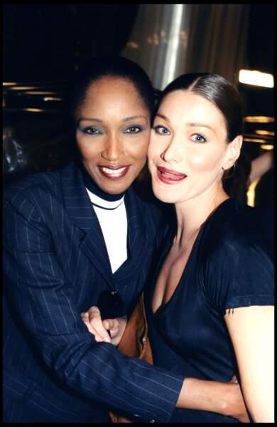 Carla Bruni et son chignon lisse, avec le top Katoucha en 1997 lors de la Fashion Week à Paris