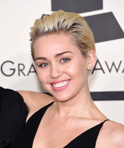 Ce qui sublimait la pixie de Miley Cyrus ? La décoloration blonde et le coiffage vers l'arrière