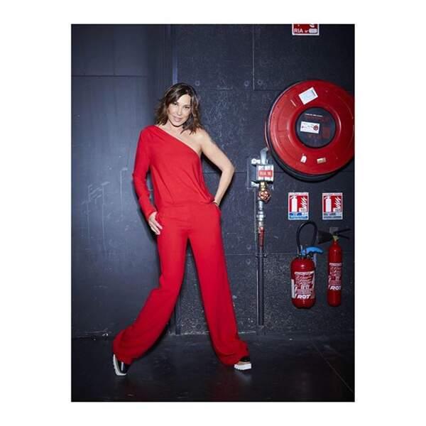 Une combinaison rouge asymétrique OUD Paris pour Zazie avec des chaussures plateforme : un must !