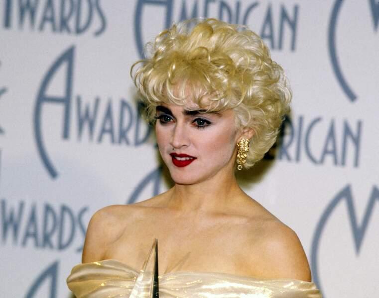 Madonna et son brushing court blond platine, en 1987 aux American Music Awards