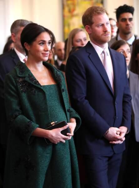 Meghan Markle à huit mois de grossesse en manteau et robe vertes Erdem  le 11 mars 2019.