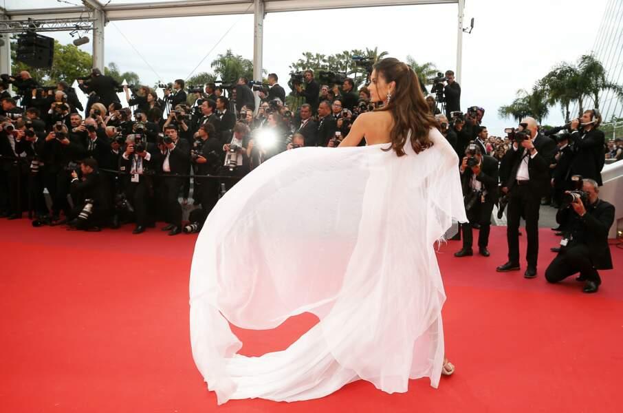Alessandra Ambrosio, angélique, dans une robe fluide blanche