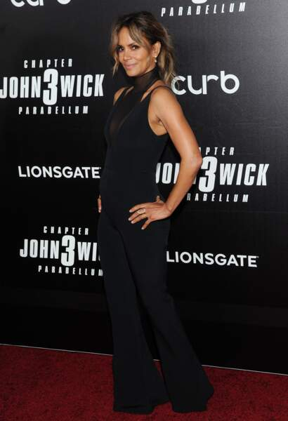 Halle Berry très sexy dans cette combinaison signée Cushnie, une luxueuse marque américaine