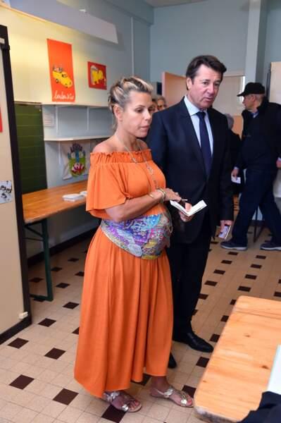 La future maman a opté pour une longue robe estivale de couleur orange