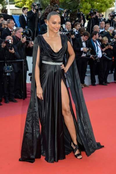 Alicia Aylies magnifique décolleté et robe fendue
