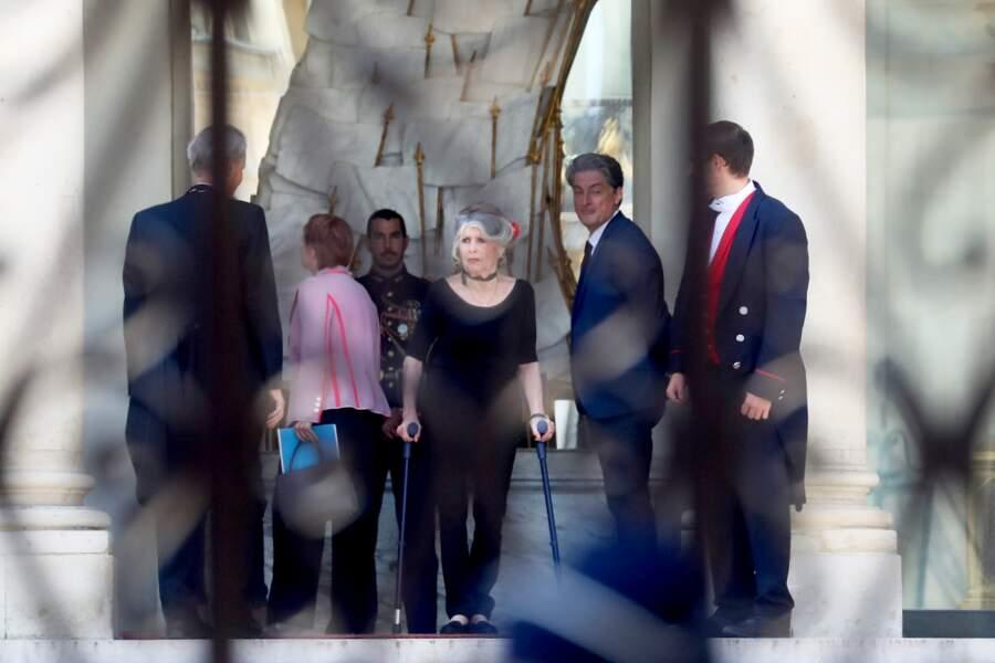 Brigitte Bardot sur le perron du palais de l'Elysée suite à son entretien avec le président de la République