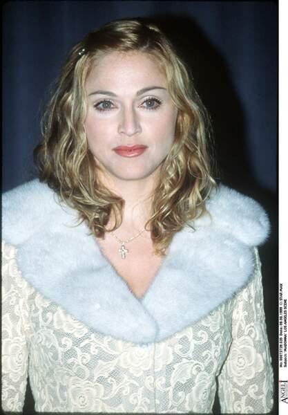 Un look coiffé/décoiffé et petite barrette pour Madonna en 1996 à Los Angeles