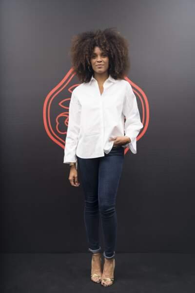 Stefi Celma en chemise blanche et jean