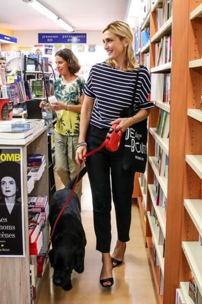Julie Gayet avec Philae pour une dédicace à Octenville et Granville, le 1er septembre