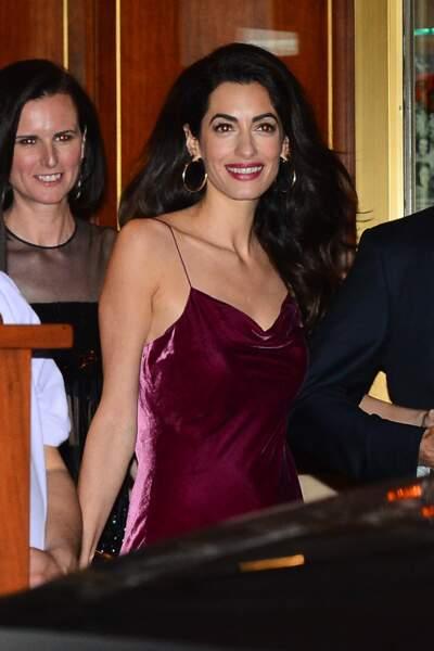 Amal Clooney très sexy en robe lie de vin Cinq à Sept