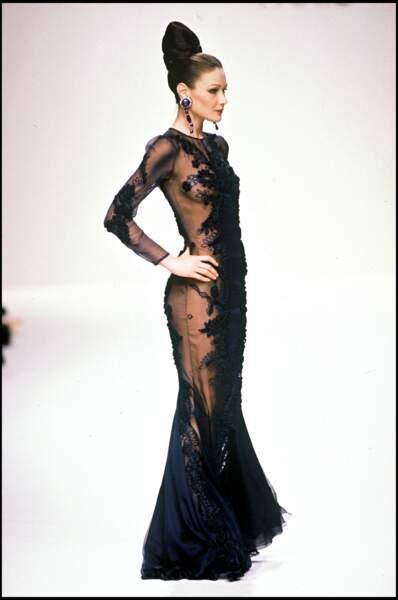 Sculpturale en robe noire pour le défilé Jean Louis Scherrer en 1994