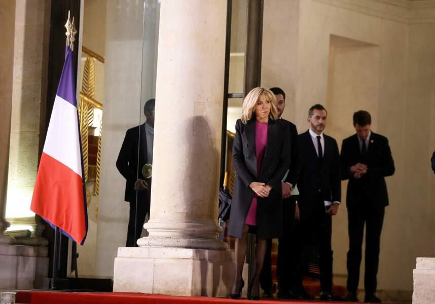 Brigitte Macron, ce 23 janvier, à l'Elysée dans une robe fuchsia et manteau ajusté