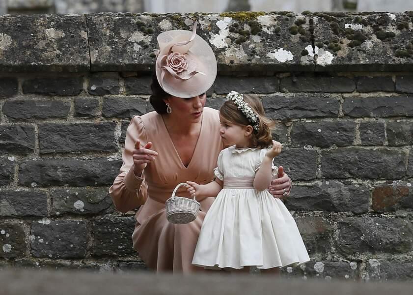 Kate et Charlotte devant l'église St Mark à Englefield pour le mariage de Pippa Middleton le 20 mai 2017