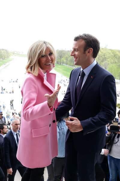Brigitte Macron en manteau rose Louis Vuitton et jean skinny