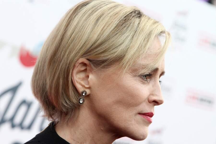 carré blond raide et chic pour Sharon Stone