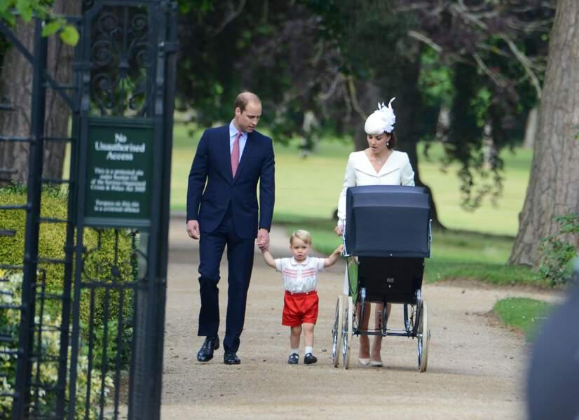 Le 5 juillet la foule se presse pour accueillir la famille royale au baptême de la petite Charlotte