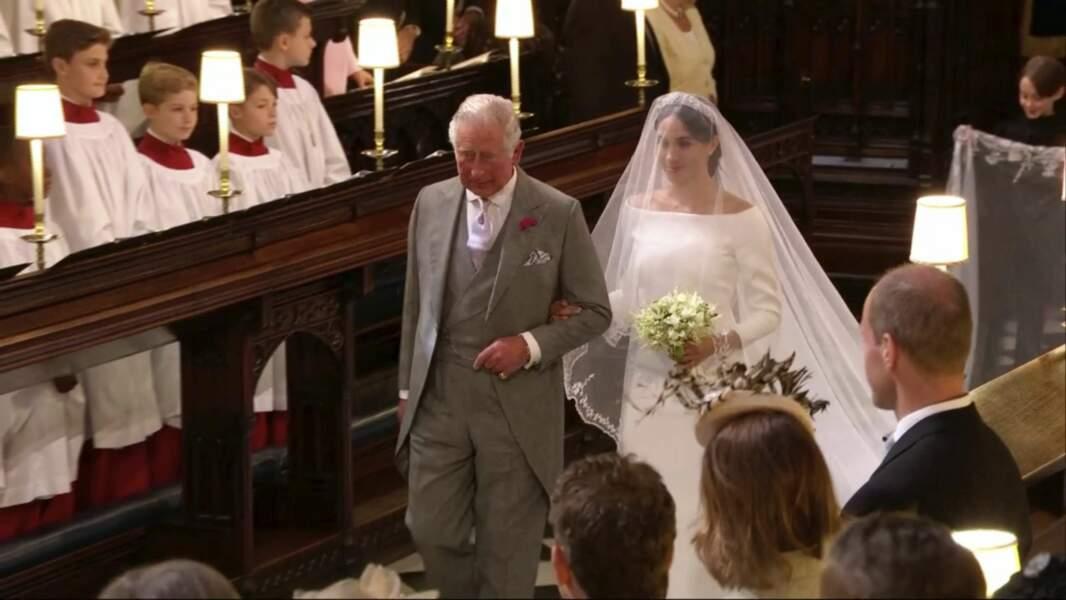 Meghan Markle se dirige vers l'autel au bras du prince Charles