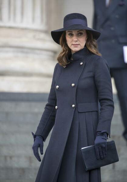 Kate Middleton, très enceinte en manteau Carolina Herrera et gants Cornelia James